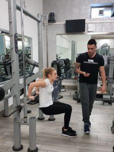 allenamento personal trainer alla donna in palestra
