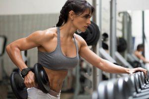Ragazza che si allena con i pesi