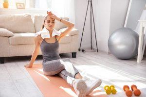 Daniele Macrì Personal Trainer Roma ragazza si allena a casa